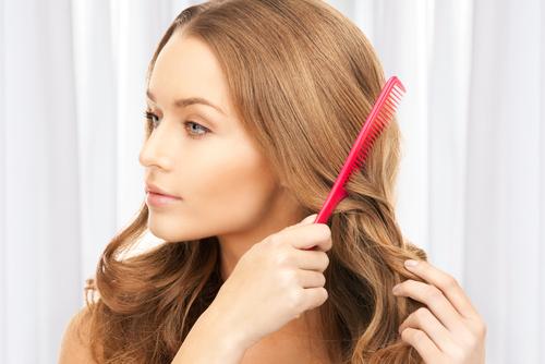 髪をとく女性画像